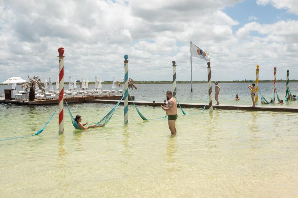 Na Lagoa do Paraíso, turistas relaxam em rede e aproveitam a água doce — Foto: Celso Tavares/G1