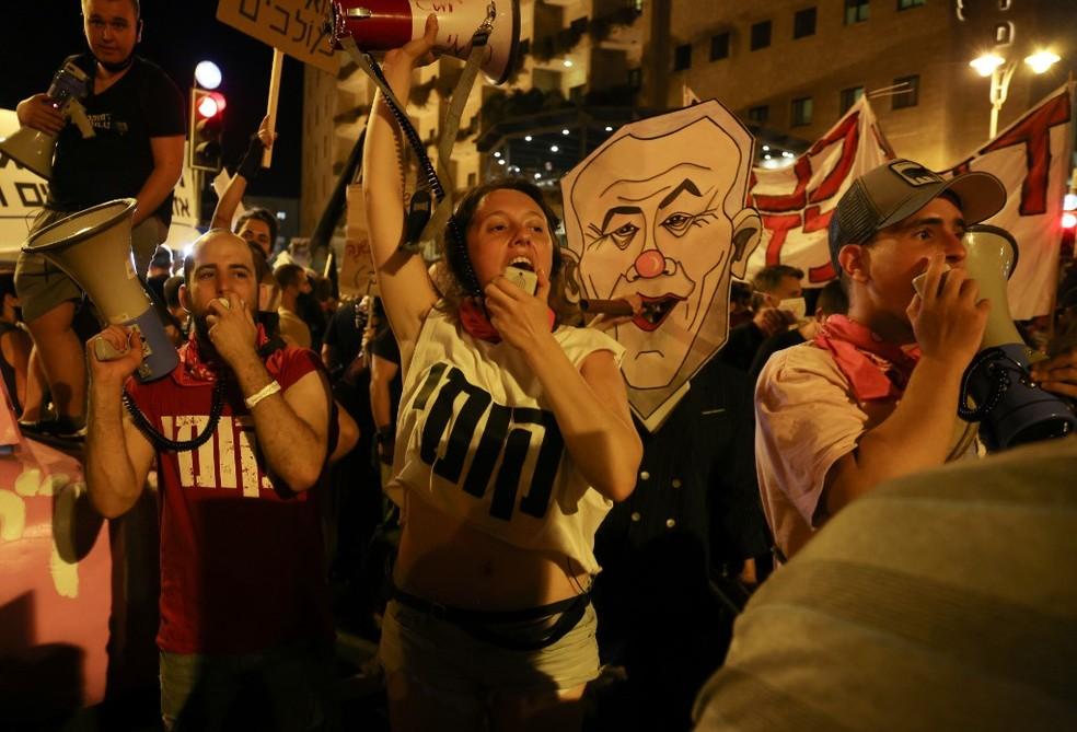 Israelenses vão às ruas com críticas à condução de primeiro-ministro durante a pandemia da Covid-19 — Foto: Menahem Kahana / AFP