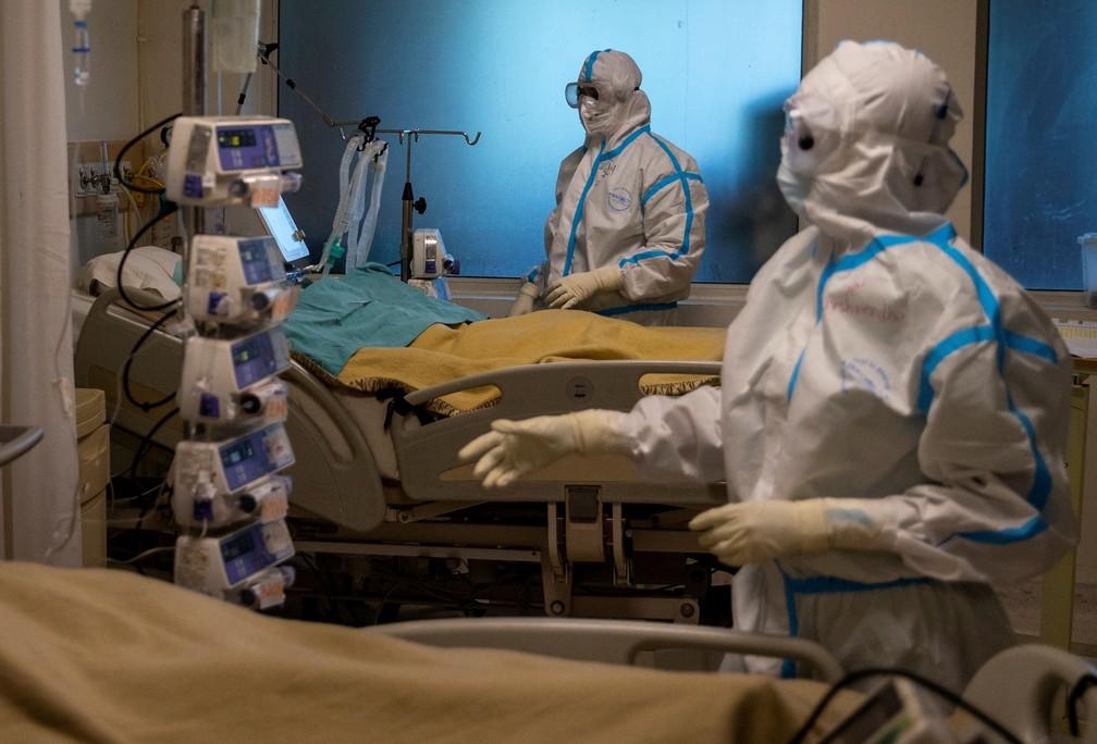Profissionais da saúde cuidam de pacientes com Covid-19 em hospital de Nova Delhi, na Índia, em 5 de setembro — Foto: Danish Siddiqui/Reuters