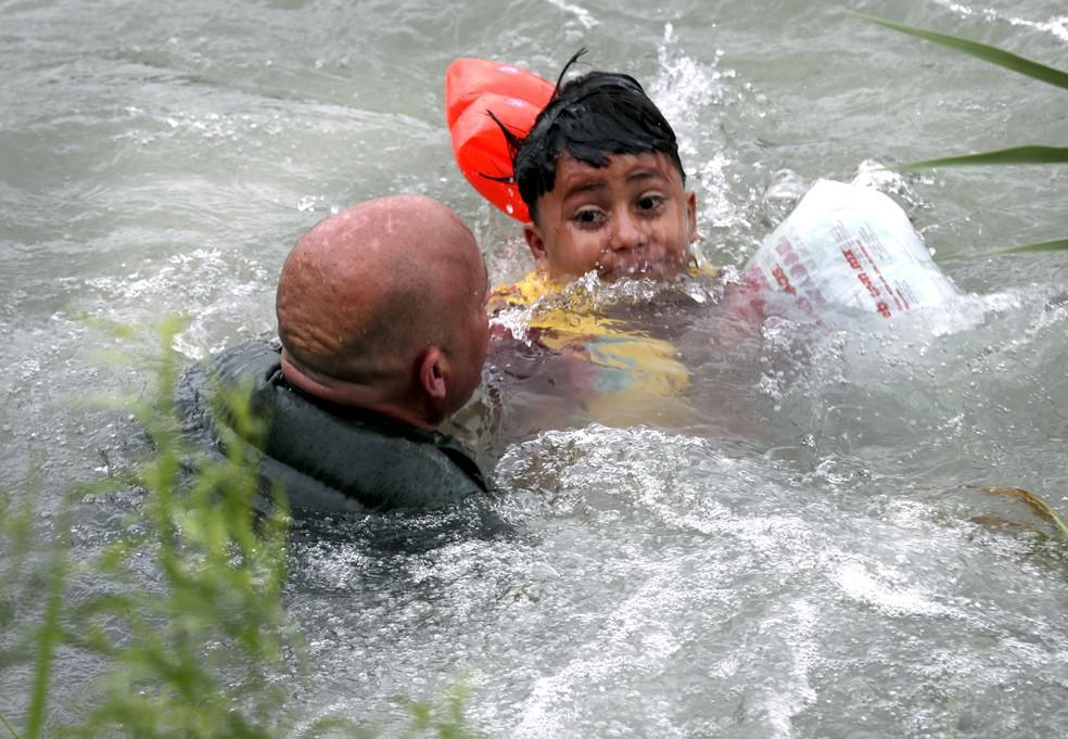 Um menino hondurenho de 7 anos foi resgatado no dia 10 de maio por agentes americanos de fronteira no Rio Grande, que separa EUA e México. — Foto: Bob Own / The San Antonio Express-News / via AP Photo