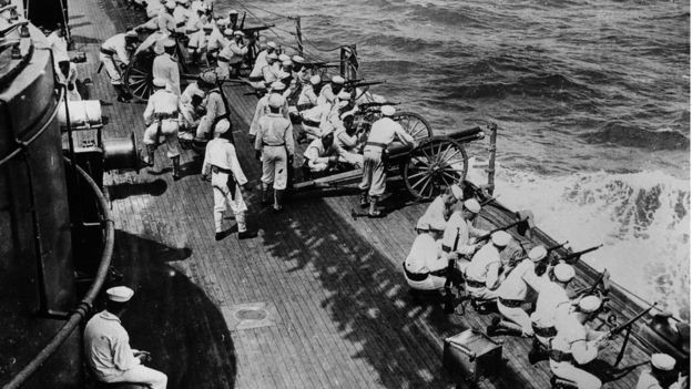 Marinha dos EUA dispara suas armas de um navio que deixa Veracruz durante a intervenção na Revolução Mexicana (Foto: Getty Images via BBC News)