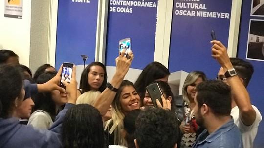 Hariany volta para casa e é recebida por fãs em aeroporto de Goiânia