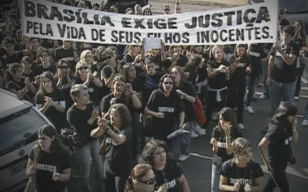 Familiares e amigos protestam por condenação de acusados de matar jovem no DF — Foto: TV Globo/Reprodução