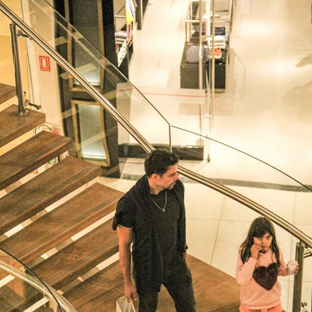 Sofia fica a vontade com paparazzi (Foto: J Humberto/Agnews)