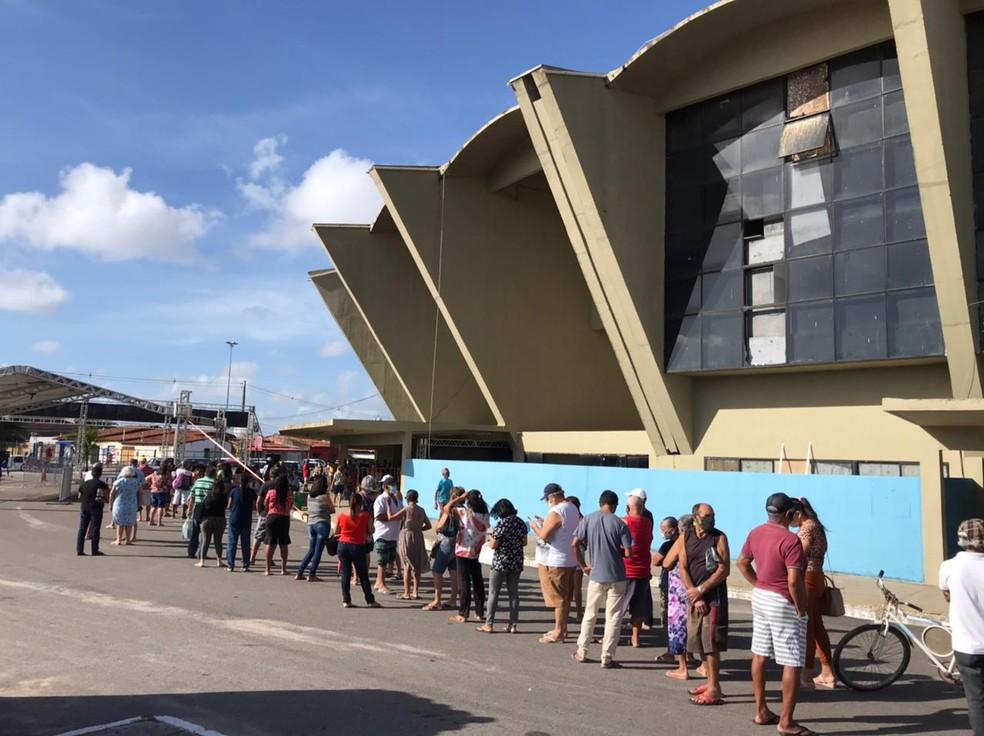 Ginásio Nélio Dias, um dos pontos de vacinação da capital potiguar, registrava longas filas na manhã desta segunda (5) — Foto: Ayrton Freire/Inter TV Cabugi