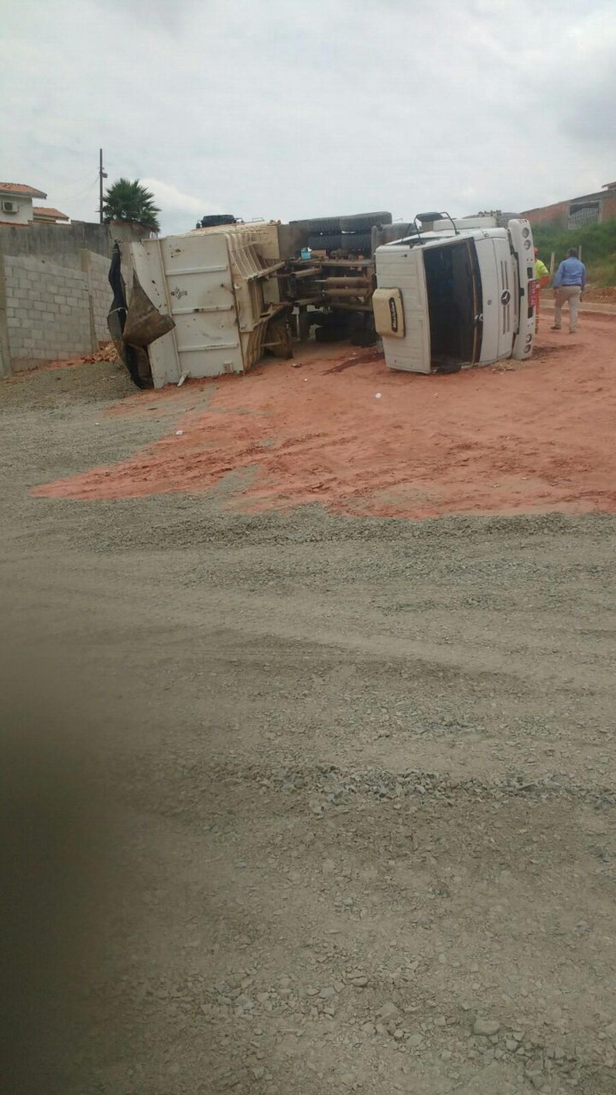 Motorista tomba caminhão em obra de Campinas e é socorrido em estado grave