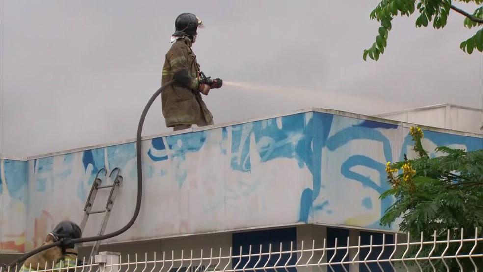 Bombeiros fazem rescaldo do incêndio no Hospital Lourenço Jorge, na Barra da Tijuca, Zona Oeste do Rio — Foto: Reprodução