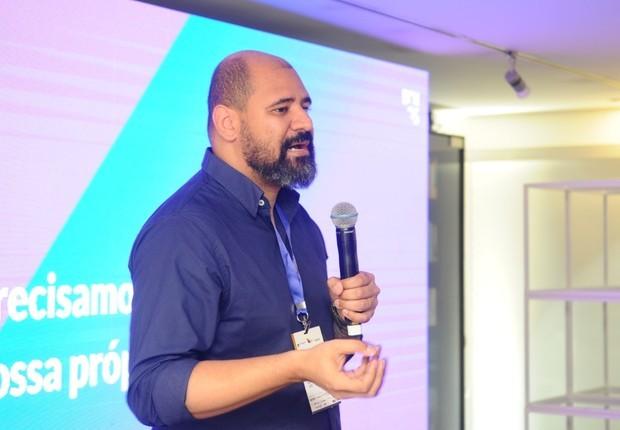 Chico Adelano, head de design e inovação da Echos, ministra workshop no FICE (Foto: Rafael Jota)