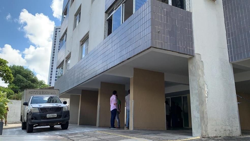 Mulher morreu depois de cair no fosso de elevador no Recife — Foto: Manuella Antunes/TV Globo