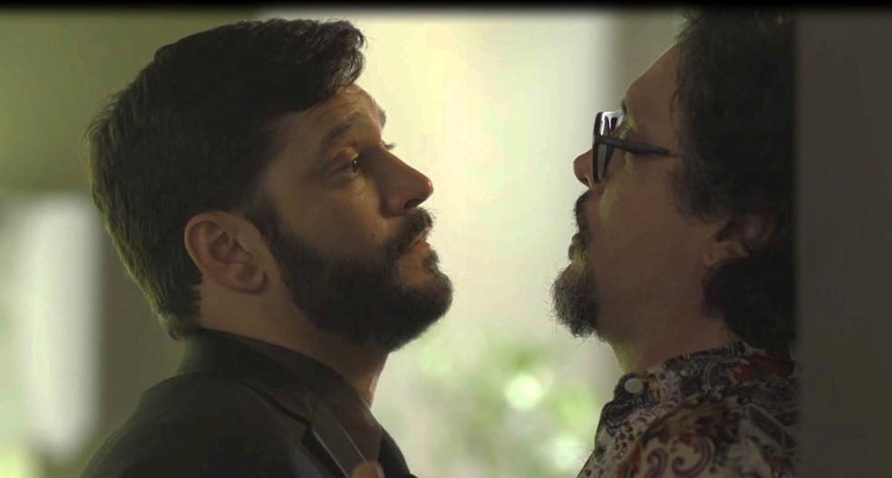 Diogo (Armando Babaioff) ameaça Mario (Lucio Mauro Filho) em 'Bom Sucesso' — Foto: Globo
