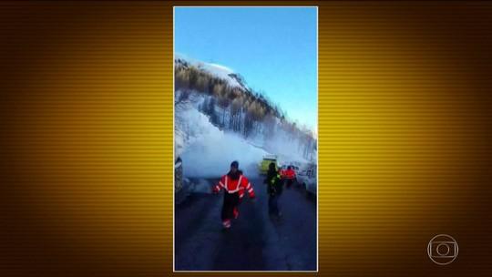 Na França, operários se assustam com avalanche enquanto tentam limpar estrada