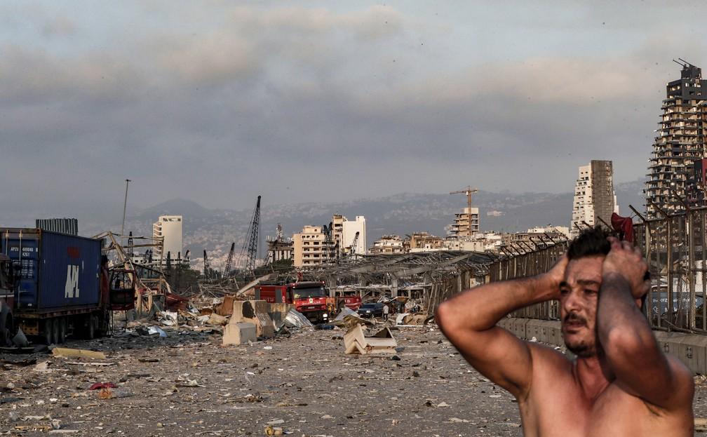 Homem reage no local de uma explosão em Beirute, no Líbano — Foto: Ibrahim Amro/AFP