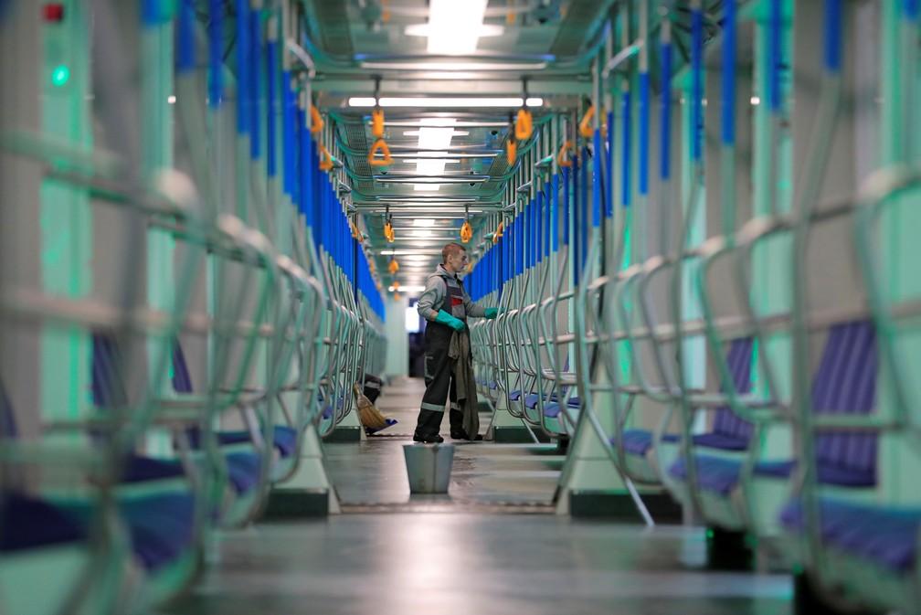 16 de março - Um funcionário realiza a higienização de um vagão de metrô como medida preventiva do novo coronavírus (COVID-19) em Moscou, na Rússia — Foto: Tatyana Makeyeva/Reuters