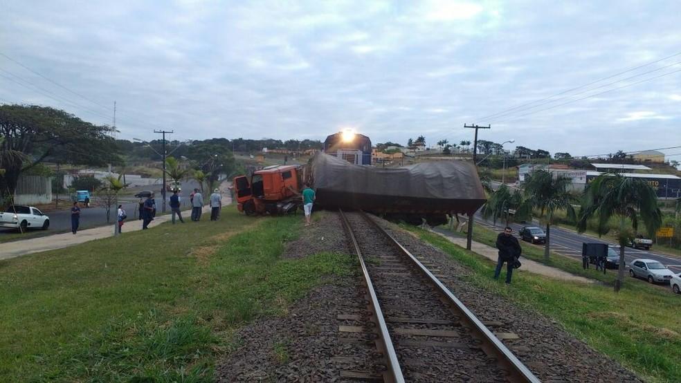 Apesar do susto, motorista não ficou ferido  (Foto: Portal Agora/Divulgação)