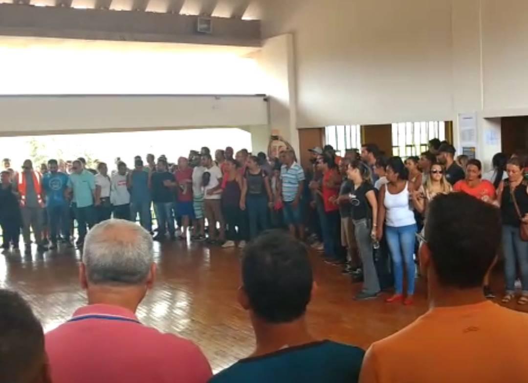 Familiares de desaparecidos em Brumadinho fazem corrente de oração