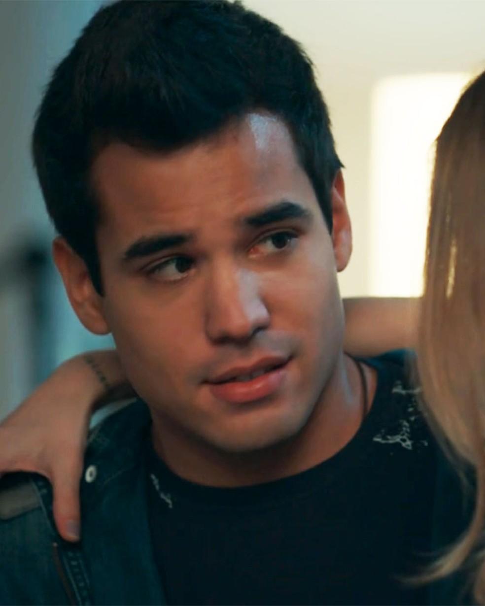 Guto (Bruno Gadiol) faz confissão à Clara (Isabella Scherer) em 'Malhação - Viva a Diferença' — Foto: Globo