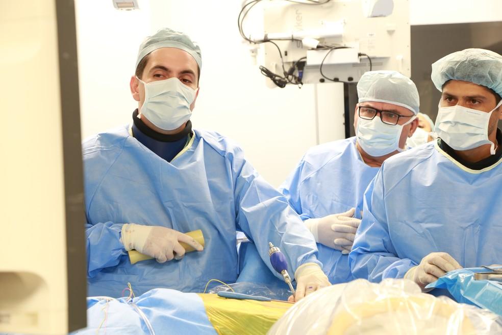 Equipe de médicos em curso inédito voltado a cirurgia endoscópica da coluna em Ribeirão Preto  — Foto: Rafael Moraes/Divulgação