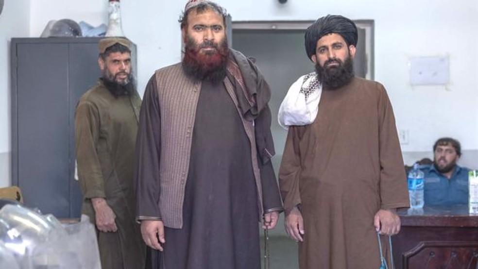 Mawlawi Fazel Bari (à direita) lidera várias rezas para outros prisioneiros — Foto: BBC