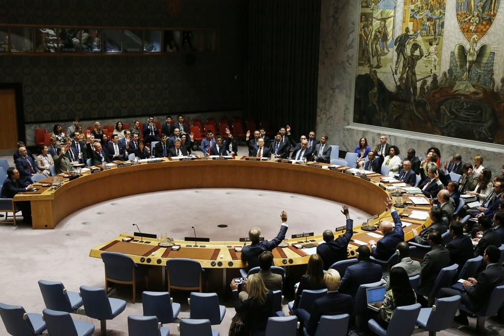 Membros do Conselho de Segurança da ONU votam a favor de novas sanções à Coreia do Norte (Foto: Jason DeCrow/AP)
