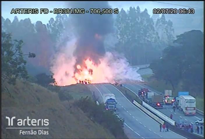 Imagem mostra momento em que caminhão tomba e pega fogo na Rodovia Fernão Dias