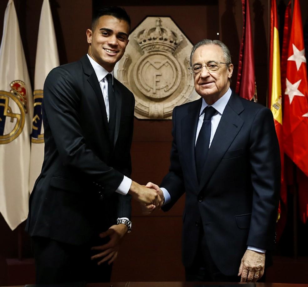 Reinier cumprimenta Florentino Pérez — Foto: Site oficial do Real Madrid