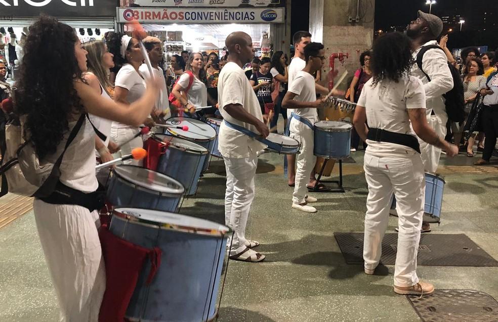 Grupo vestido de branco e tocando instrumentos de percussão participou de ato na rodoviária de Brasília — Foto: Nicole Angel/ G1