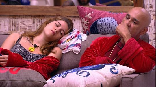 Ana Clara descansa no meio dos brothers na sala do BBB