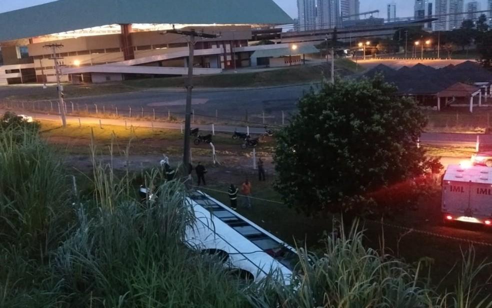 Ônibus caiu do viaduto e bateu contra poste, em Goiânia, Goiás  — Foto: Divulgação/Polícia Civil