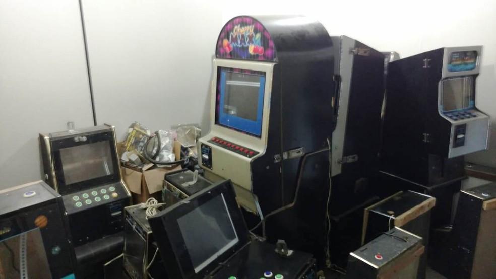 'Oficina' de máquinas de caça-níqueis foi achada nos fundos de bingo em Peruíbe, SP (Foto: G1 Santos)