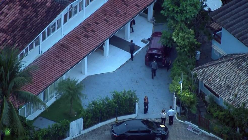 Polícia na casa do suspeito Ronnie Lessa, na Barra da Tijuca — Foto: Reprodução/TV Globo