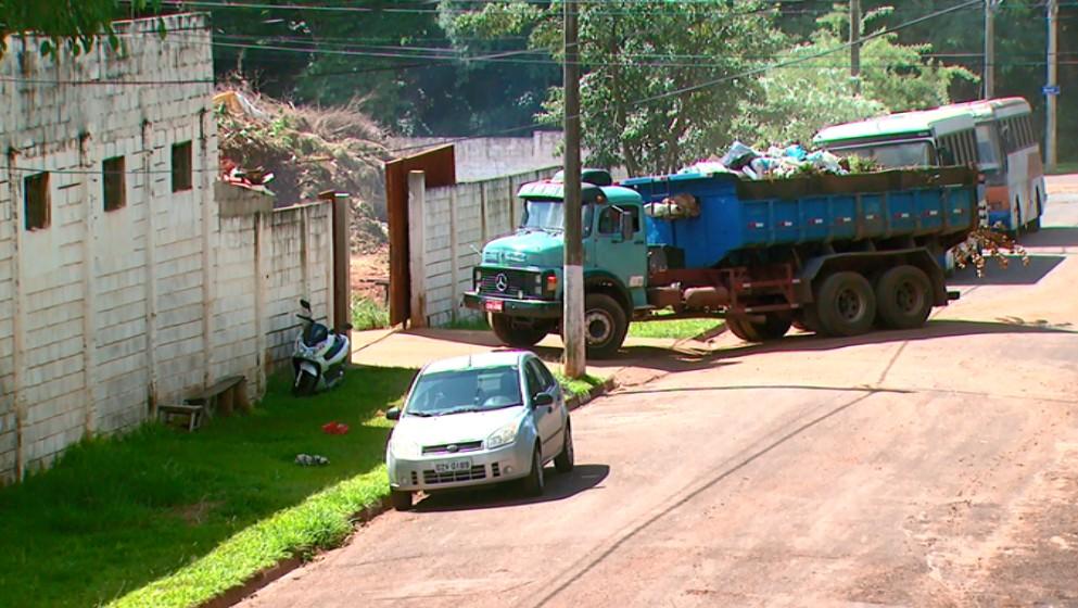 Lixo jogado em terreno pela Prefeitura de Araras preocupa moradores: 'mau cheiro e ratos'