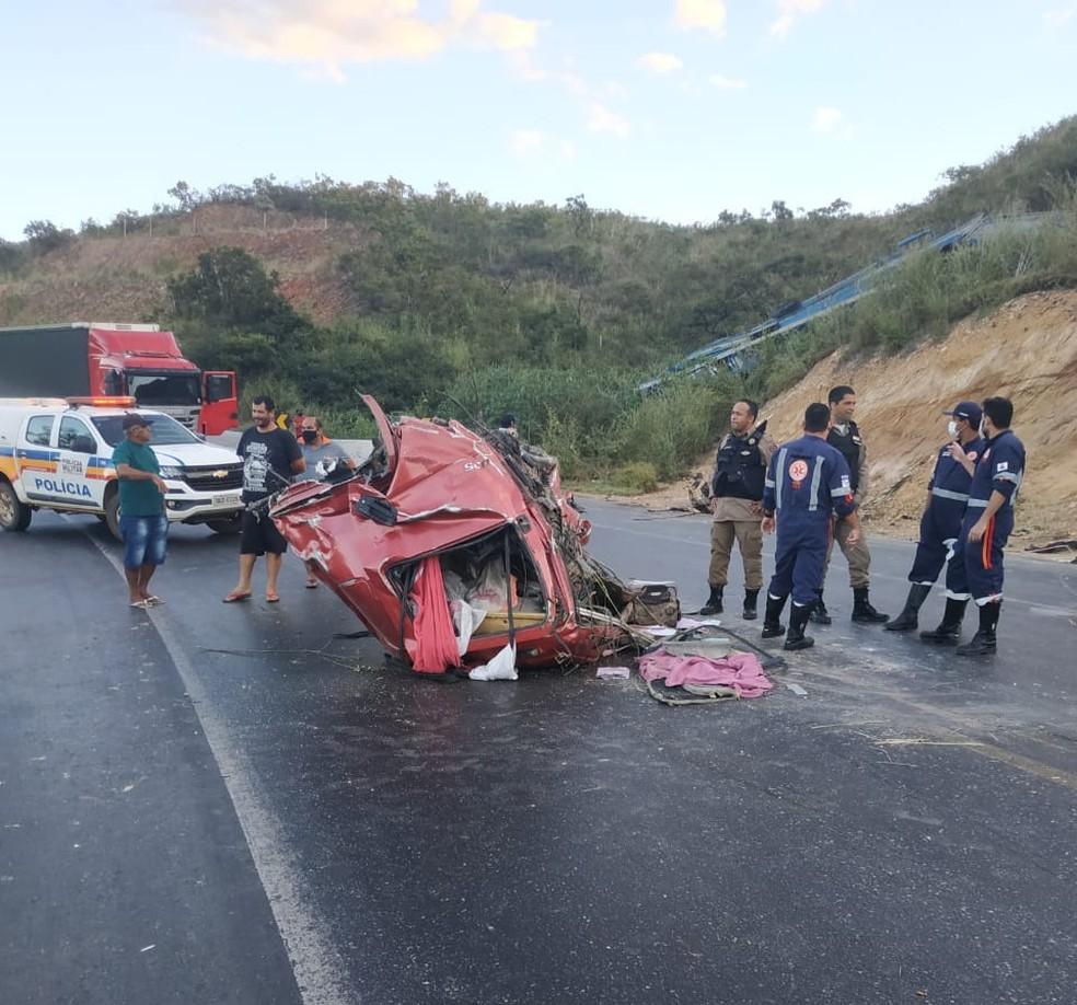 Com o impacto, cabine do caminhão se soltou — Foto: Corpo de Bombeiros/ Divulgação
