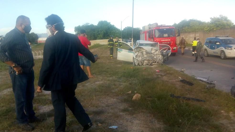 Homem morre e outras duas pessoas ficam feridas após batida entre táxi, caminhonete e moto em Lauro de Freitas — Foto: CIMU