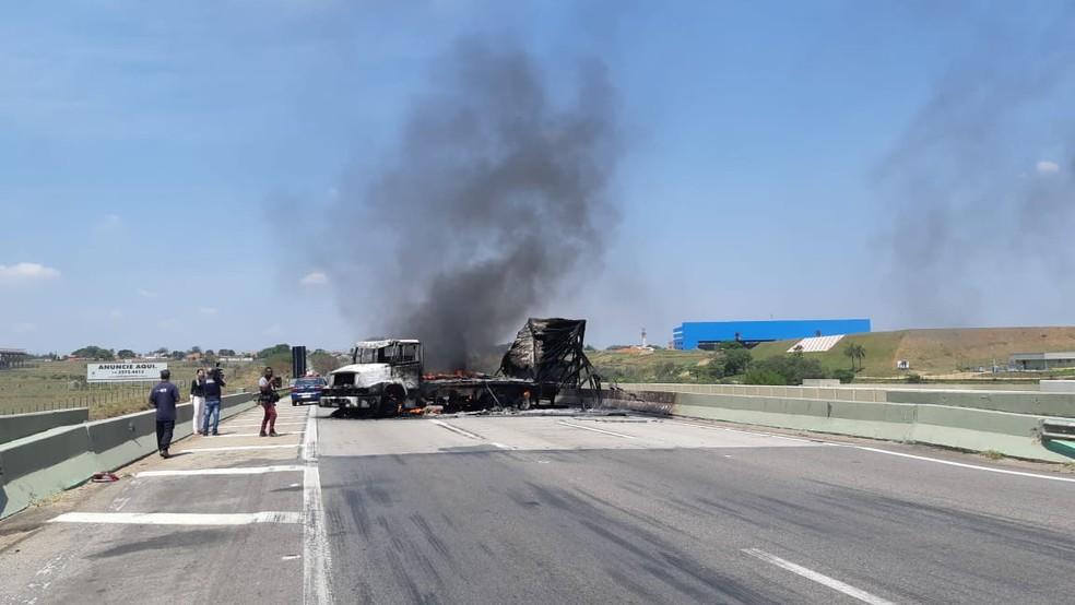 Caminhão incendiado na Rodovia Santos Dumont em Campinas. — Foto: Paulo Gonçalves/EPTV