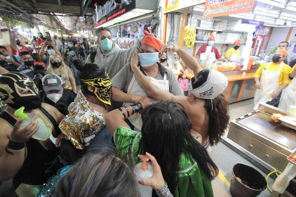 Mascarados da Luta Livre incentivam o uso de proteção contra a Covid-19 em mercado do México — Foto: Instituto de la Juventud de la Ciudad de México