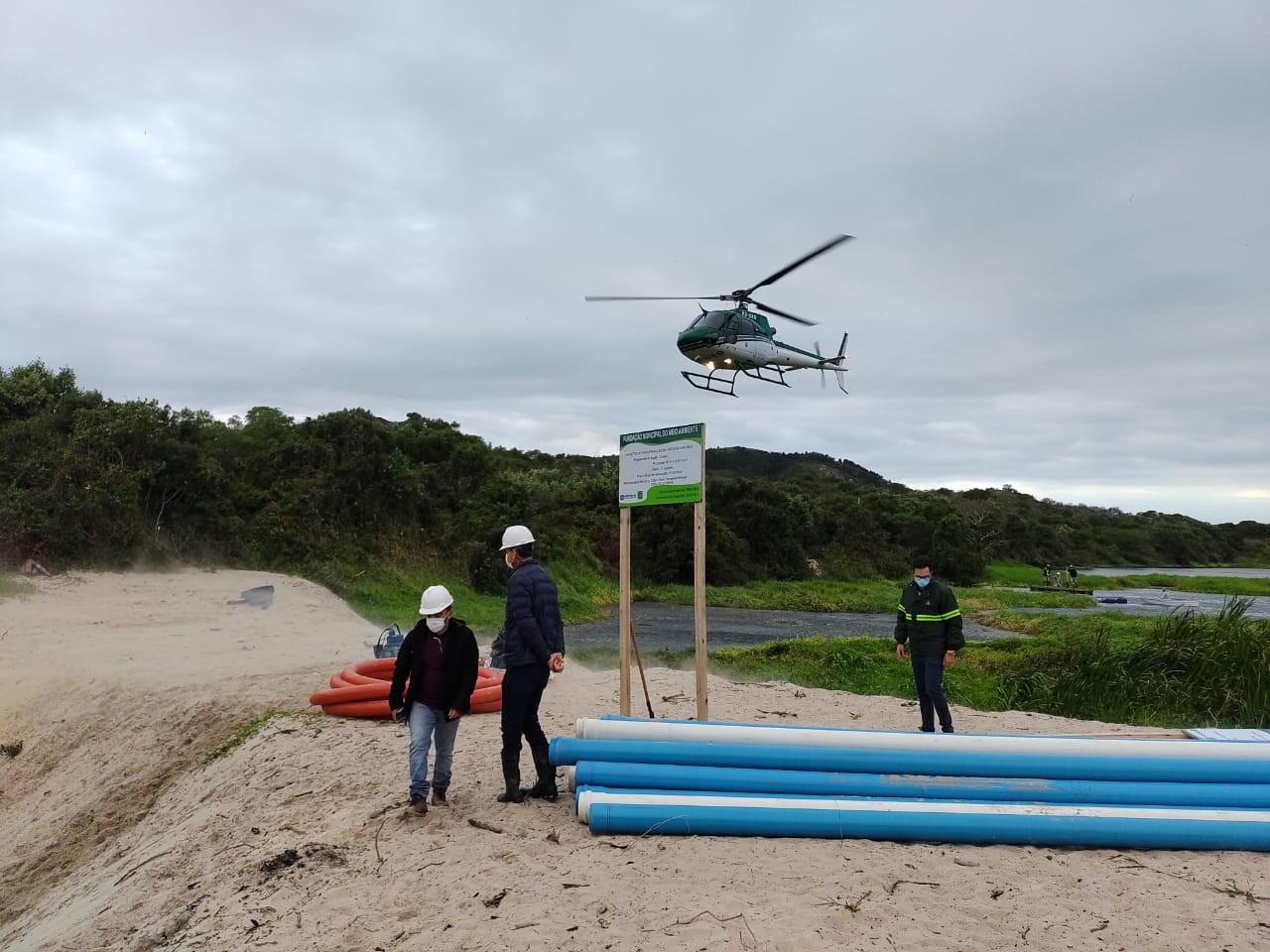 Bombas são instaladas com ajuda de helicóptero para drenar lagoa e evitar risco de novo rompimento em Florianópolis