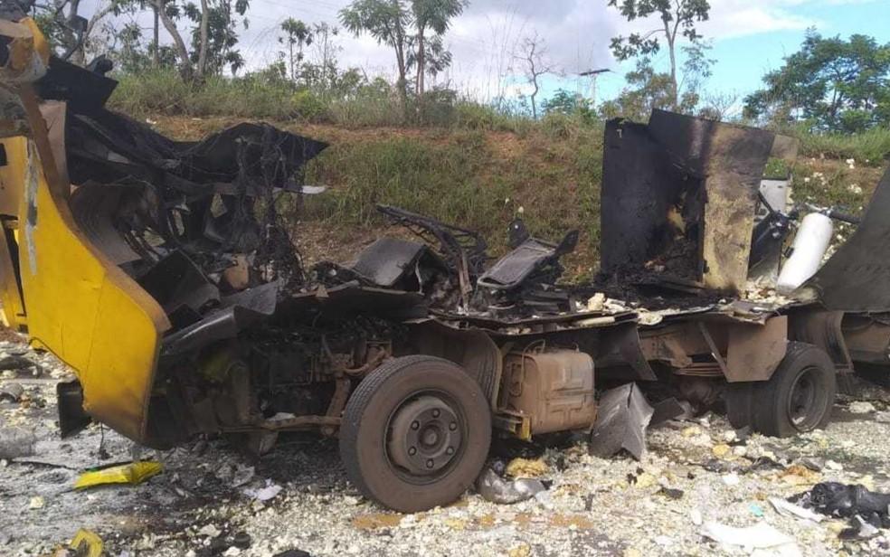 Carro-forte explodido por criminosos ficou completamente destruído, em Cristalina — Foto: PRF/Divulgação