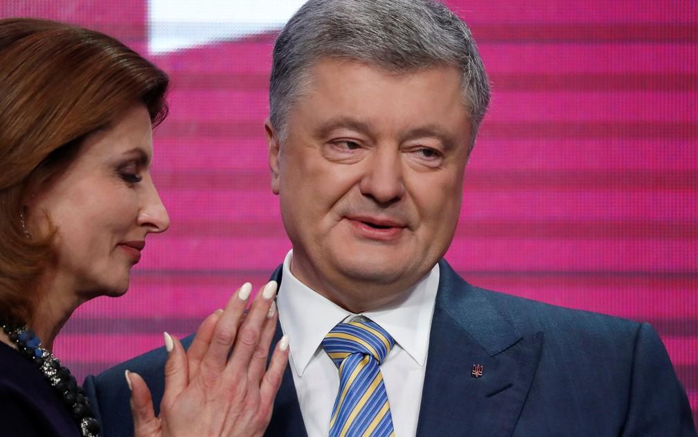 Ao lado da mulher, Maryna, o presidente ucraniano Petro Poroshenko admite sua derrota na eleição presidencial, em Kiev, no domingo (21) — Foto: Reuters/Vasily Fedosenko