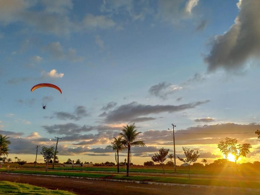 Vereador postou recentemente uma foto do voo de parapente, esporte que ele praticava — Foto: Facebook/Reprodução
