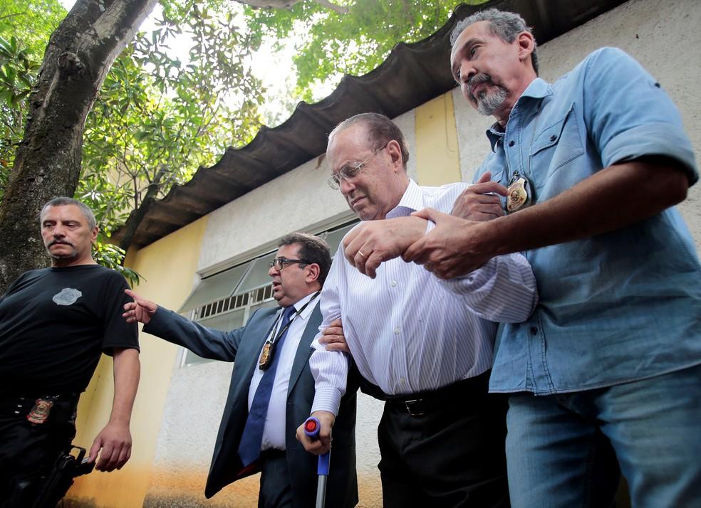 O deputado Paulo Maluf é preso e conduzido para exame de corpo de delito no IML da Vila Leopoldina, zona oeste de São Paulo (Foto: Leonardo Benassatto/Reuters)