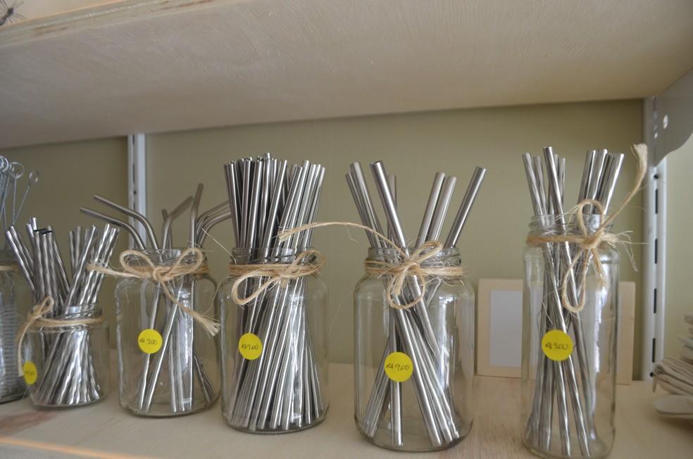 Canudos de alumínio são vendidos em Macapá — Foto: Victor Vidigal/G1