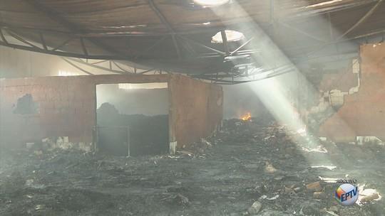 Técnicos visitam barracão de lixo hospitalar que pegou fogo há 2 anos em Caldas, MG