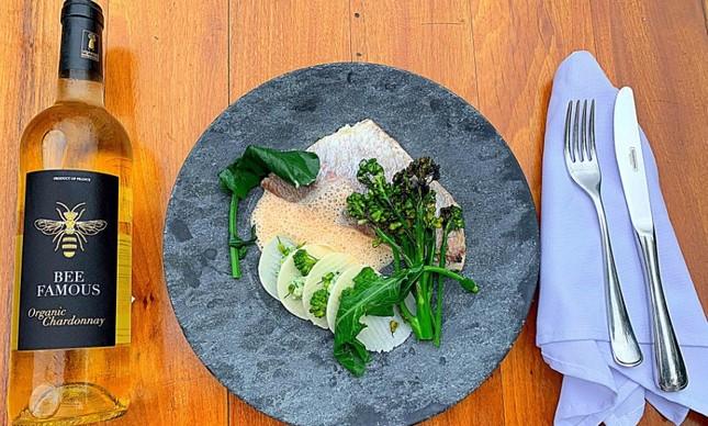 Pargo com folhado de palmito, brócolis, beurre blanc de lagostim, com o Chardonnay Bee Famous Organic