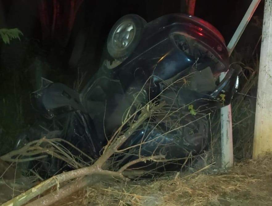 Motorista perde controle da direção e capota com carro em Paraíba do Sul