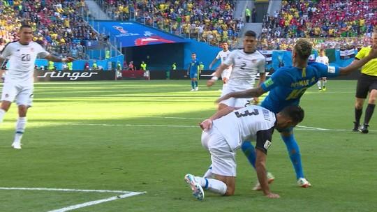 Árbitro dá pênalti em Neymar, mas volta atrás após consulta ao VAR