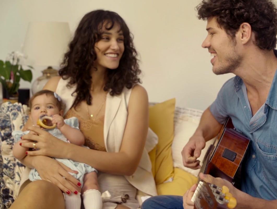 Débora Nascimento e José Loreto cantam para Bella (Foto: Reprodução)