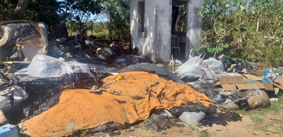 Moradores denunciam que parte do óleo encontrado no mar em Maraú, na BA, foi descartada em lixão — Foto: Arquivo pessoal