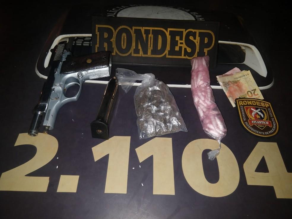 Com o suspeito, a polícia apreendeu arma, carregador, munição, drogas e dinheiro (Foto: Divulgação/SSP-BA)