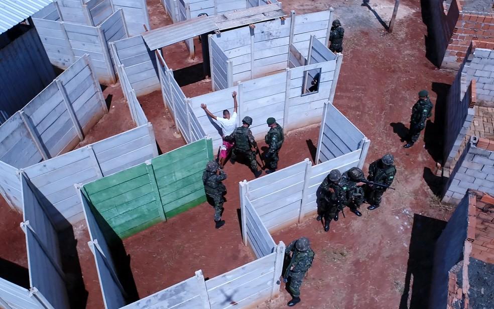 Treinamento da formação em Garantia da Lei e da Ordem (GLO) é feita no 28º Batalhão de Infantaria Leve, em Campinas (Foto: Reprodução/TV Globo)