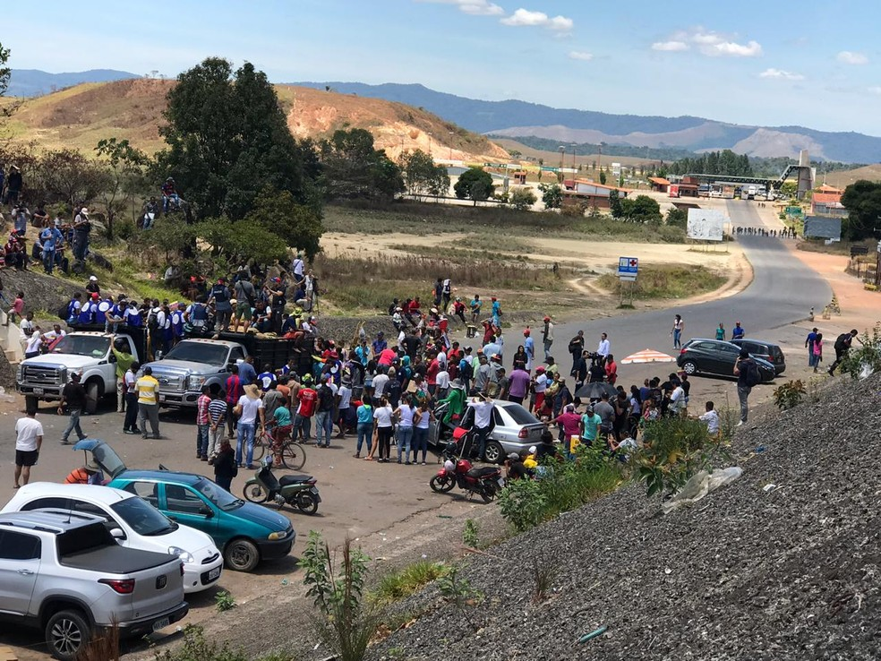 Em Pacaraima, caminhões com doações de alimentos e remédios são guarnecidos por manifestantes venezuelanos na fronteira com a Venezuela — Foto: Alan Chaves/ G1 RR